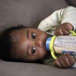 Bebês tem alimentação calórica