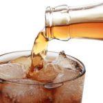 Mulher vai parar no hospital por beber refrigerante em vez de água por 16 anos
