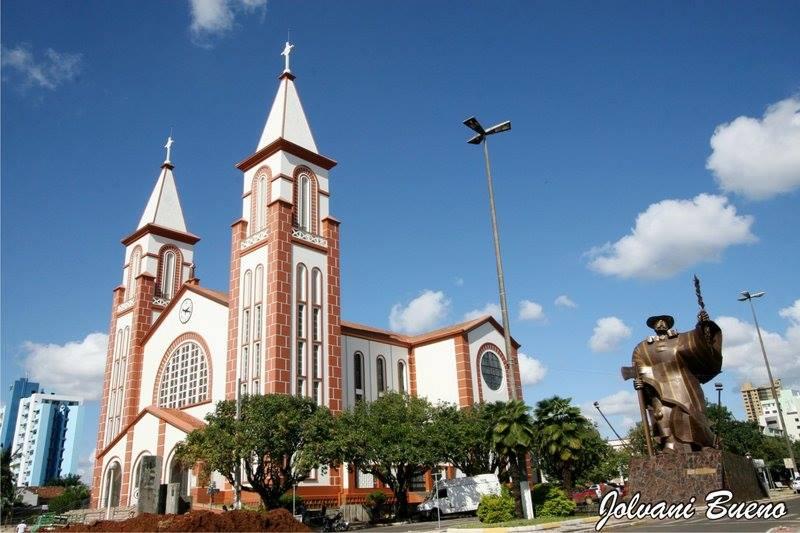 monumento e igreja em chapeco